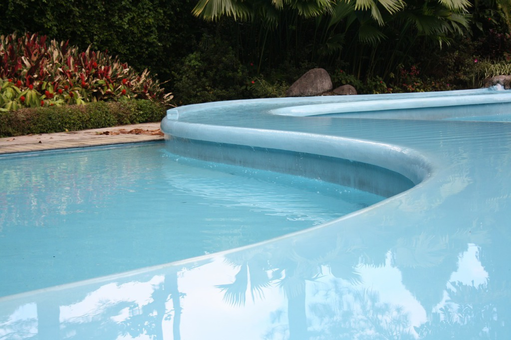 Principal Differences Between Concrete and Fiberglass Pools